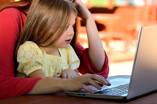 dítě s matkou a notebookem