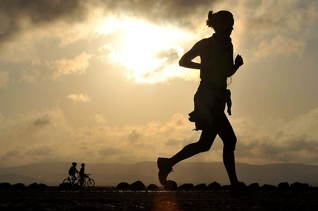 běh při západu slunce