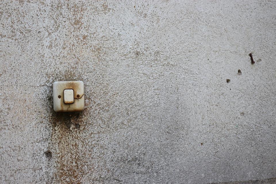 rozbitý vypínač